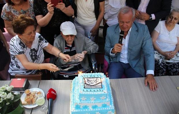 Ezineli Hazan Dede 100'üncü Yaşını 200 Kişiyle Kutladı