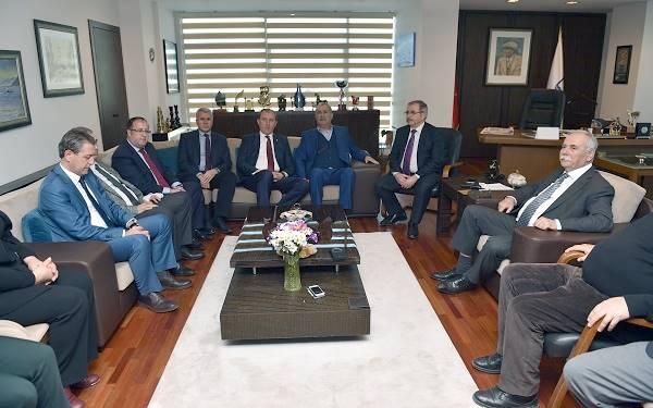 CHP Teşkilatı Başkan Ülgür Gökhan'ın Arkasında