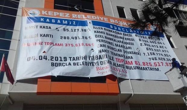Belediyenin Borcunu Pankartla Açıkladı