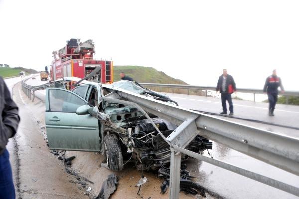 Otomobille Bariyerlere Çarpan Sürücüsü Yaralandı