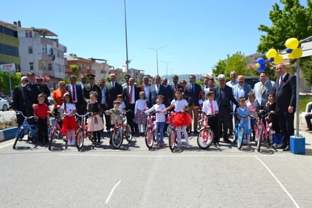Biga Fenerbahçeliler Derneği Bisiklet Dağıttı