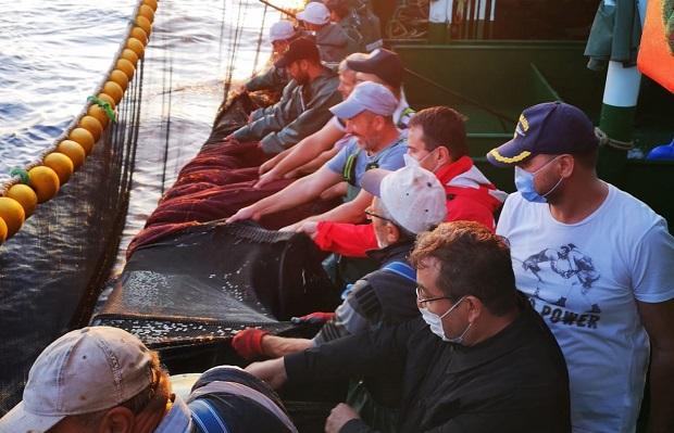 Vali Aktaş Balıkçılarla Birlikte Ağ Çekti