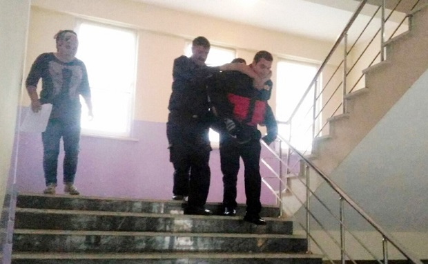 Okulda Mahsur Kalan Öğrencileri İtfaiye Kurtardı