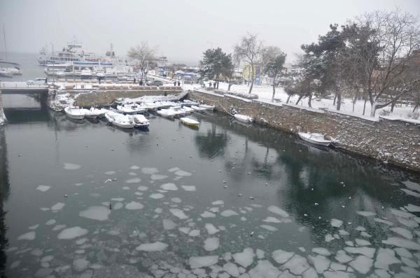 Gelibolu'da İç Liman Buz Tuttu