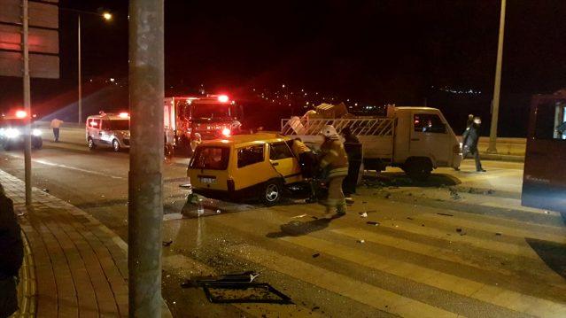 Kırmızı Işıkta Beklerken Otomobil Çarptı: 2 Yaralı