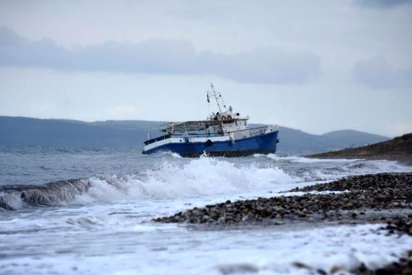 Tekne Karaya Oturdu, Kaçaklar Tek Tek Yakalandı